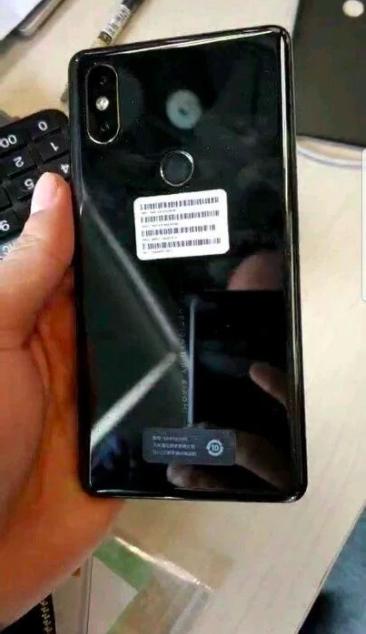 Xiaomi Mi Mix 2S снова позирует на фото