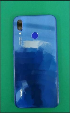 Синий Huawei P20 Lite позирует на фото