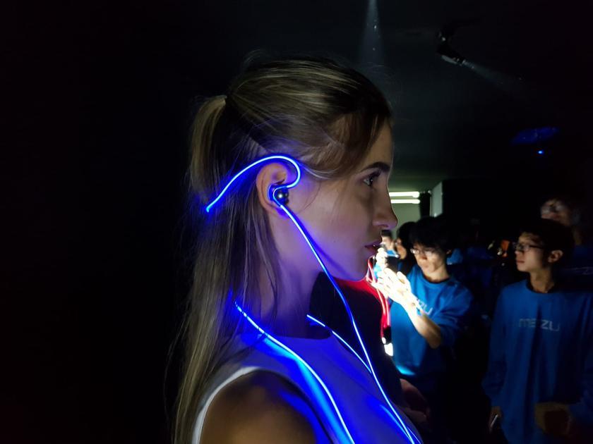 Meizu представила наушники Halo со светящимся проводом и беспроводную гарнитуру Pop