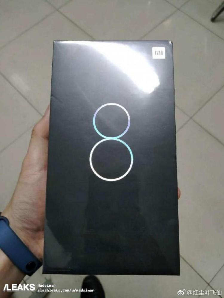 Упаковка Xiaomi Mi 8 с характеристиками на фото