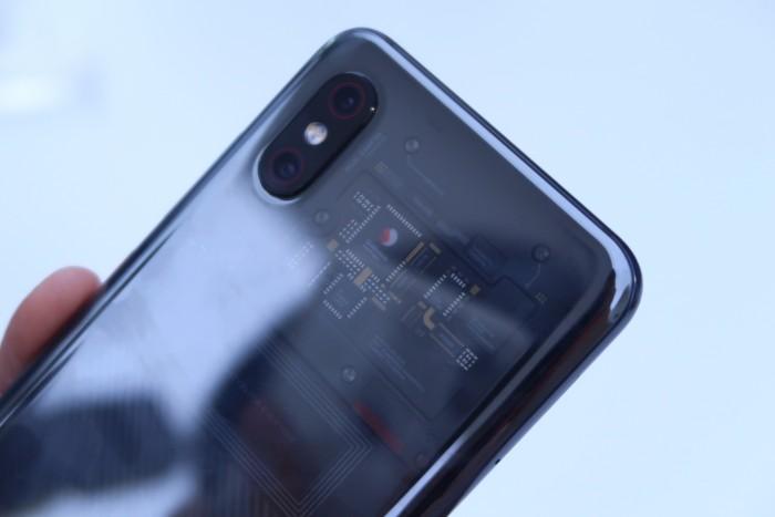 Нас что обманули? Xiaomi Mi8 Explorer Edition предлагает иллюзию прозрачной задней панели?