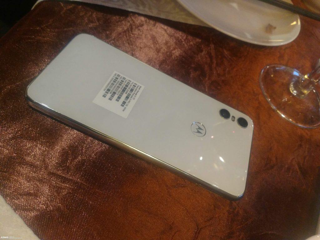 Motorola One в белом на «живых» снимках