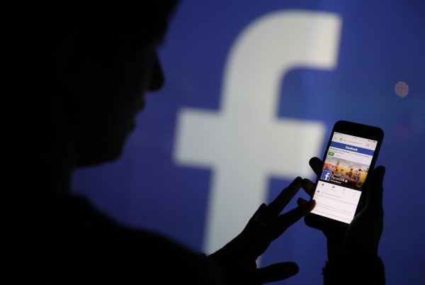 Facebook набирает журналистов на работу после скандала в суде