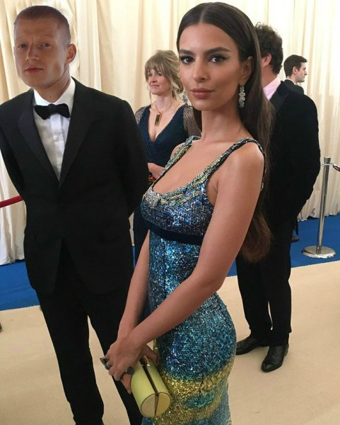 С любимой валяемся: Студент из Новосибирска рассмешил сеть «фотошопом» себя и Эмили Ратаковски